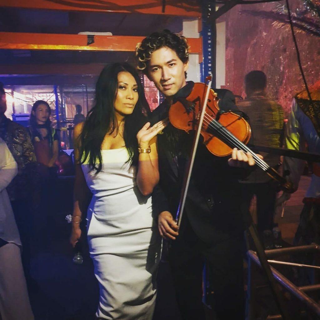 Mit französischem Superstar Anggun auf einem Konzert auf Bali